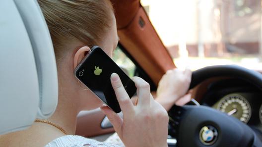 Суровое наказание за разговоры по телефону за рулем обсудят в сентябре