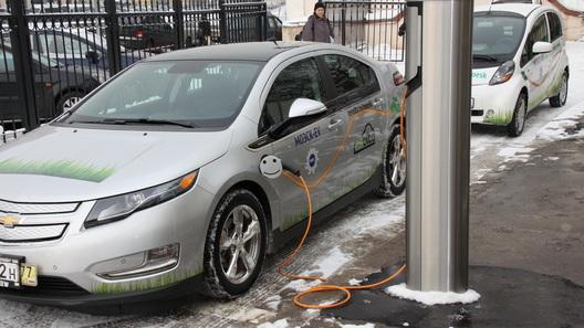 Продажи электромобилей в России снизились почти наполовину