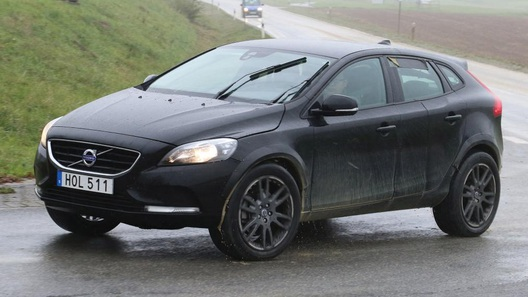 Volvo вывела на тесты конкурента BMW X1