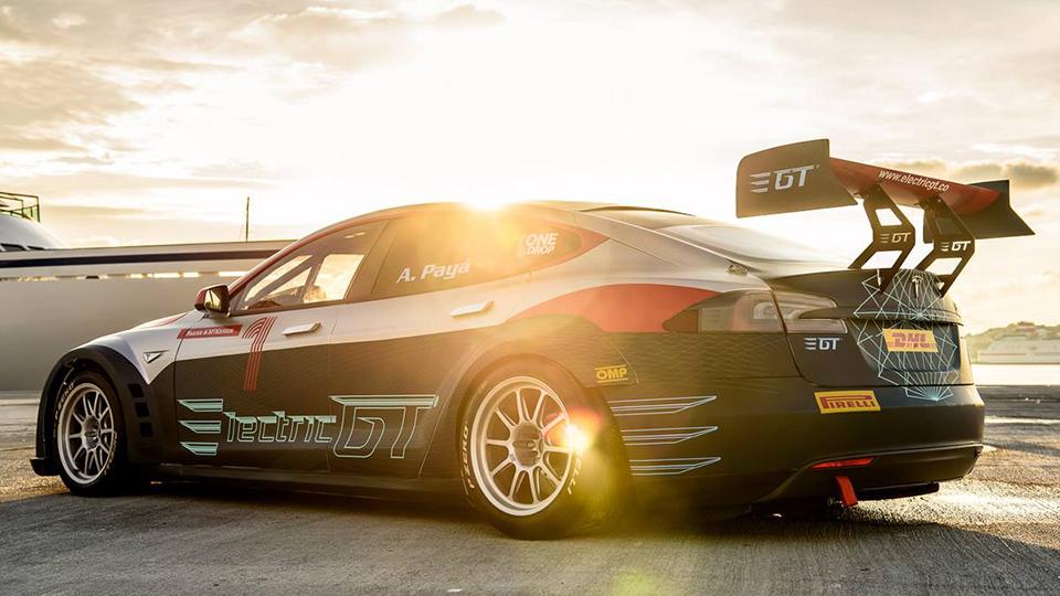 Гоночная Tesla Model S проехала по трассе Формулы-1