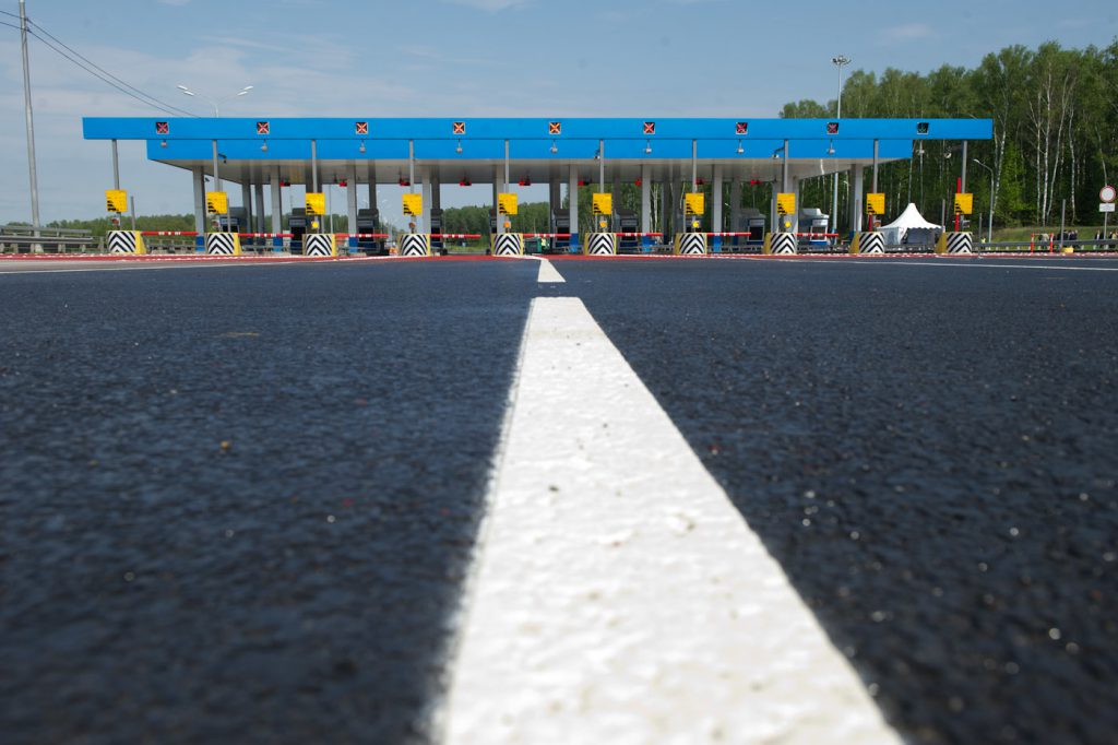 Для платных дорог в России введут единый транспондер
