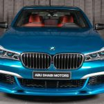 Лазурный BMW M760Li Individual Long Beach Blue выставлен в Абу-Даби