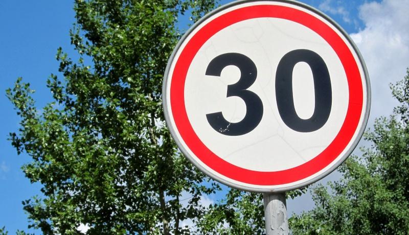Нештрафуемое превышение скорости на 20 км/ч снова хотят отменить. Вопросом занялся Дмитрий Медведев