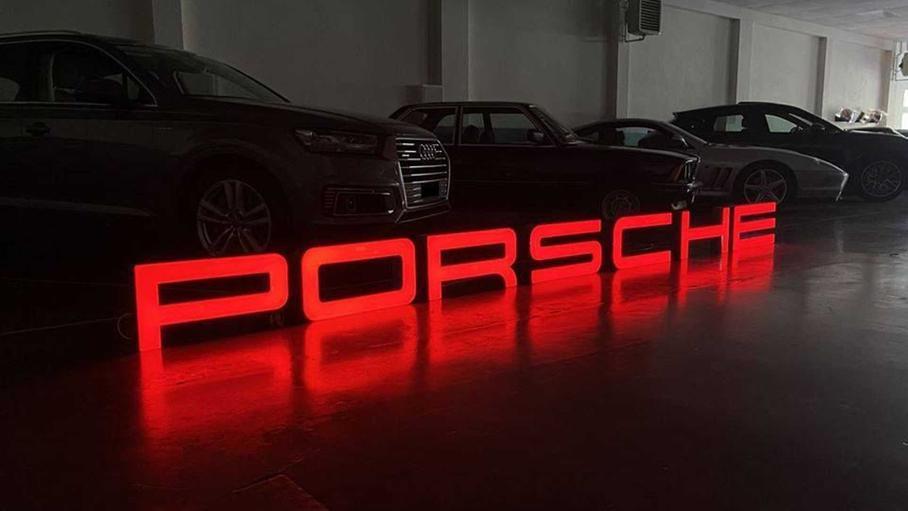 Светящиеся вывески дилеров Porsche появились в продаже