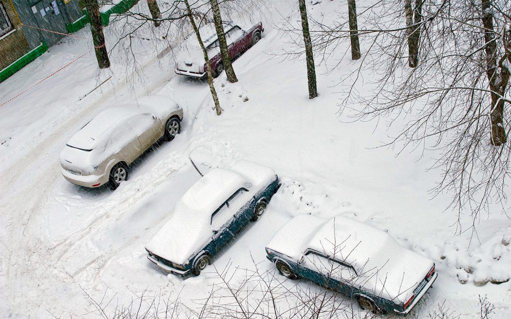 Водителей штрафуют на 5000 рублей за парковку на снегу. Кто в зоне риска?