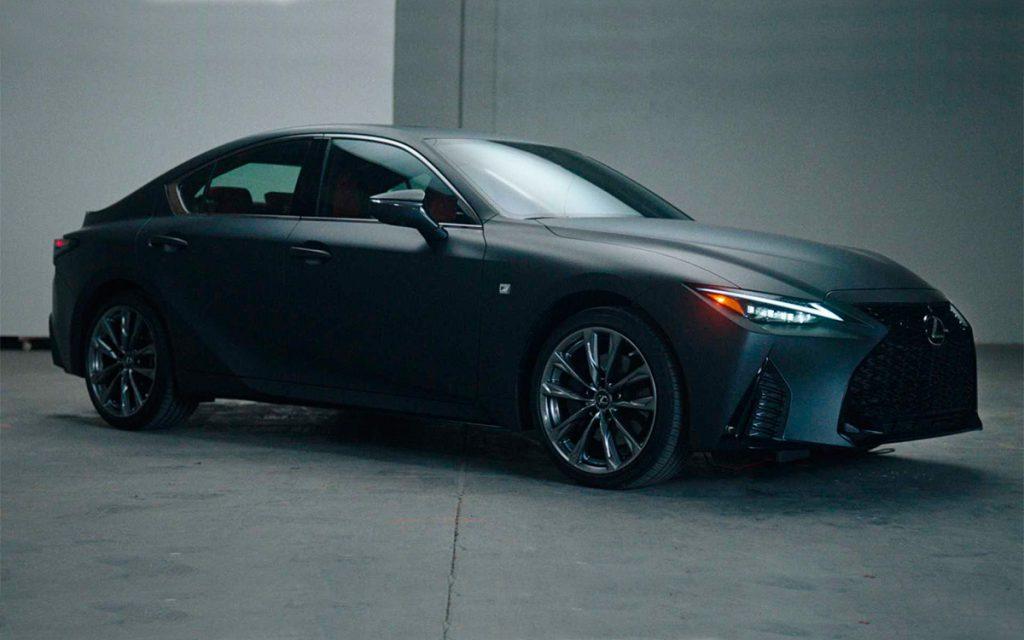 Lexus выпустил спортивный седан c виниловым проигрывателем
