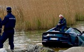 Суперкар Ferrari 812 GTS утонул в озере из-за невнимательности водителя